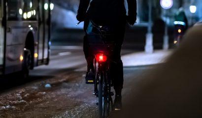 Veel kinderen fietsen zonder licht door lege batterijen