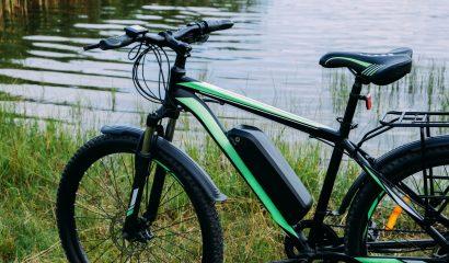 Mijn fietsaccu wordt warm tijdens het opladen. Is dat gevaarlijk?
